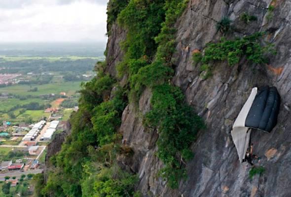 Penerjun BASE terperangkap di tebing gunung Thailand selama berjam-jam