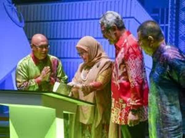 Raja Permaisuri Agong berangkat ke Malam Deklamasi Puisi Putrajaya