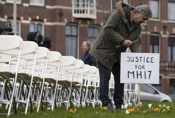 MH17: Waris mangsa lancar protes senyap, susun 298 kerusi putih