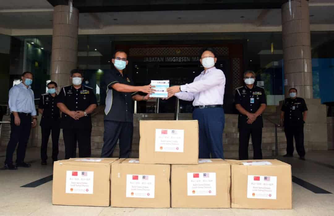 Sumbangan Topeng Muka Daripada Kedutaan Besar China Di Malaysia Kepada Jabatan Imigresen Malaysia