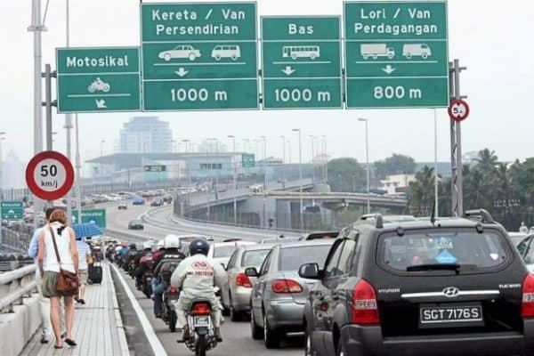 Pekerja Malaysia di Singapura diberi dua pilihan