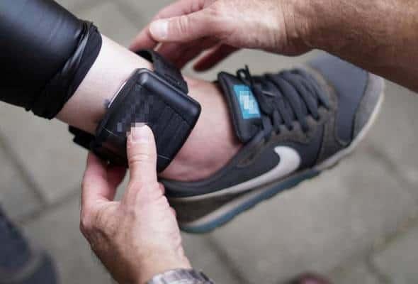 Enggan tandatangan dokumen kuarantin diri, pasangan ini dipakaikan 'ankle monitor'
