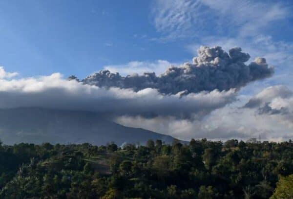 Asap debu gunung berapi Sinabung, Sumatera masuk ruang udara negara malam ini