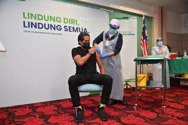 Khairy, individu pertama di Malaysia terima suntikan Sinovac