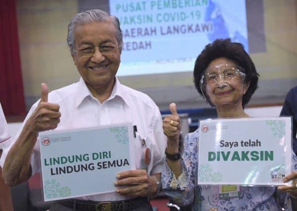 Tun M dan isteri terima suntikan vaksin COVID-19