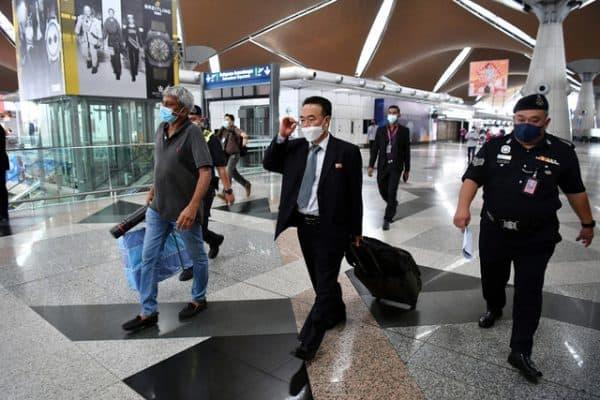 Staf diplomatik Korea Utara dan tanggungan berlepas pulang semalam