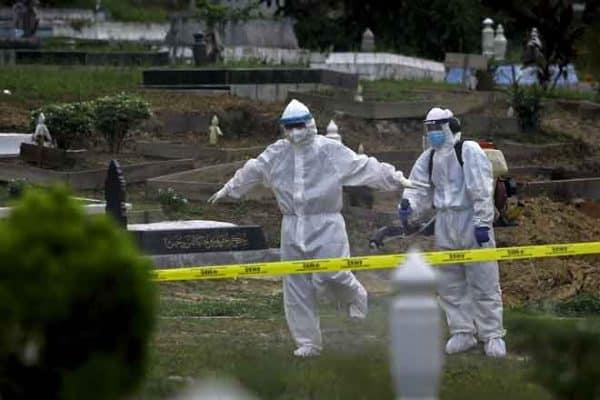 COVID-19: Berjam-jam pakai PPE di tanah perkuburan antara cabaran urus jenazah